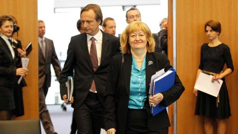 Rene Lefeber (UvA) en Liesbeth Lijnzaad (Buitenlandse Zaken) arriveren in het Internationaal Zeerechttribunaal tijdens de zaak over het Greenpeace-schip Arctic Sunrise. Beeld anp