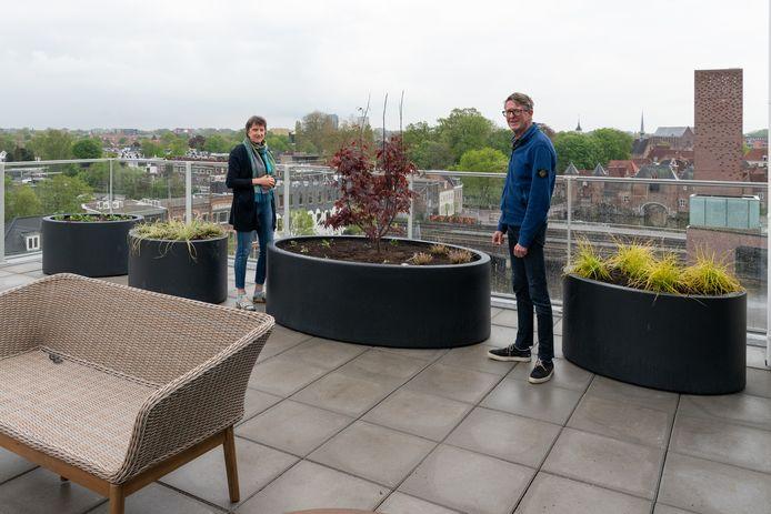 Angela en Theo Hendriksen op het terras van hun appartement in Eemerald