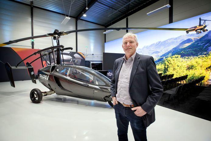 Dingemanse van PAL-V bij een prototype van de autocopter in een van de hallen te Raamsdonksveer.