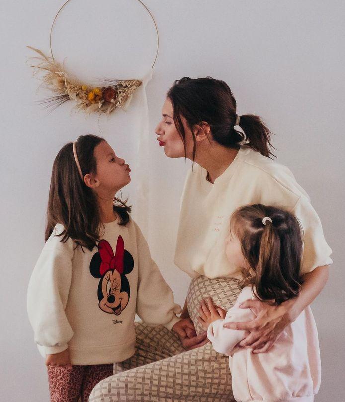 Lara et ses filles Philippa (5 ans) et Romée (2,5 ans), est enceinte d'un petit garçon.