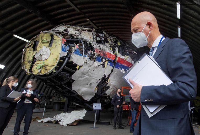 Hendrik Steenhuis, voorzitter van de Haagse rechtbank in het MH17-proces, tijdens de schouw van de reconstructie op de vliegbasis Gilze-Rijen. Beeld AFP