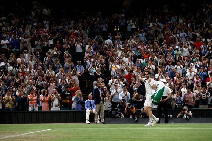 Andy Murray zwaait naar de fans op Wimbledon.