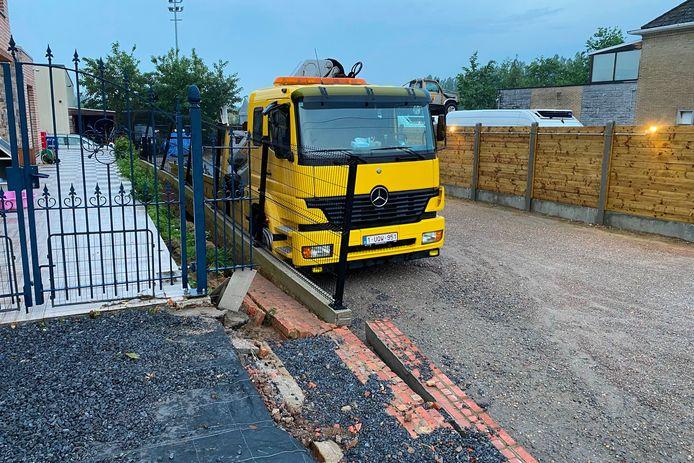 Bij de firma Intertakel langs de Hoogstraat werd een hek en muur door de kracht van het water weggeduwd tot tegen een takelwagen.