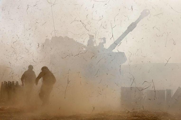 Israëlische soldaten vuren granaten af op Gaza.  Beeld AFP