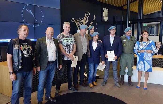 Veteranendag in Rucphen, de veteranen met draaginsignes in het gemeentehuis