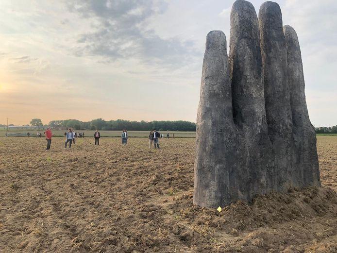 De hand is 6 meter hoog en 4,5 meter breed