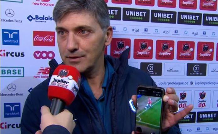 Felice Mazzu dégaine son smartphone pour démontrer l'erreur du VAR