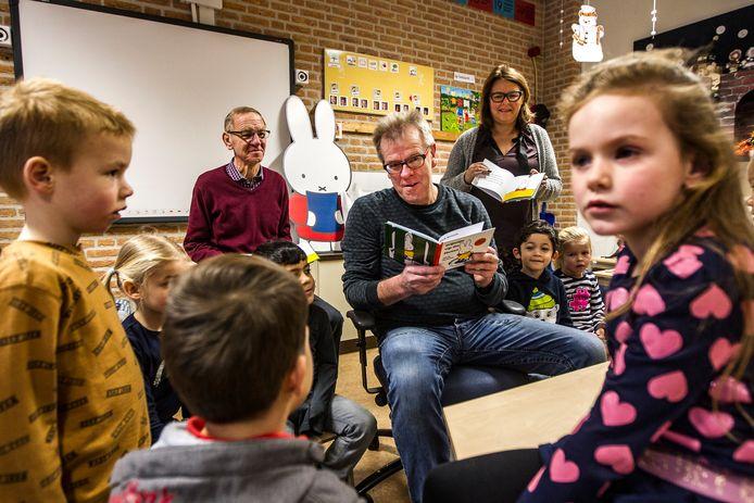 Gerard Oosterlaar leest in basisschool De Vogelaar voor uit nijntje op de fietse in 't sallands. Ook Annet Ellenbroek en Herman Koerhuis zijn van de partij.