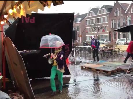 Code geel: vliegende parasol op Wilhelminaplein in Eindhoven