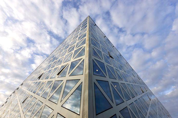 Het karakteristieke X-gebouw is het visitekaartje van hogeschool Windesheim in Zwolle. Het was ruim een jaar dicht om de vloeren te herstellen. Wie die rekening gaat betalen is nog niet bekend.