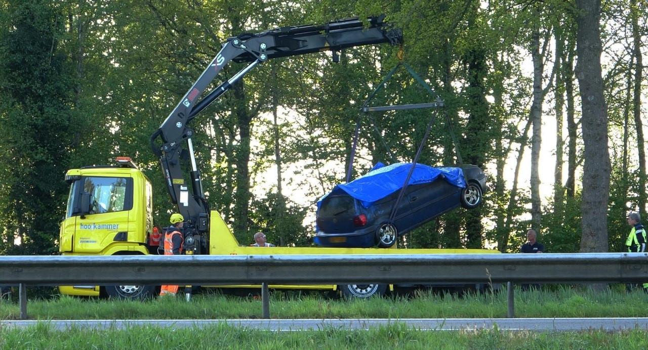 Een bergingswagen heeft zondagavond de blauwe VW Polo uit de Drentse Hoofdvaart tussen Meppel en Nijeveen getakeld.
