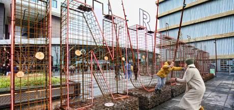 Onduidelijke roestkleurige stalen letters als promotie van Utrecht