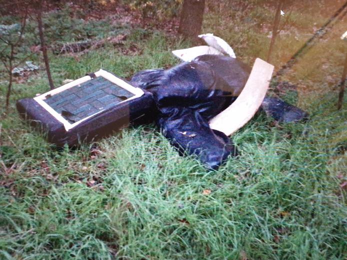 Illegale stort van afval in het buitengebied van Langeveen.
