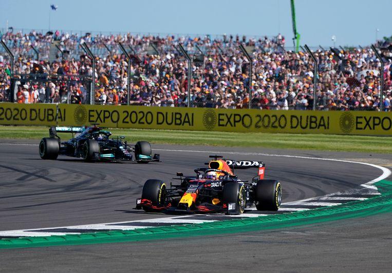 Verstappen en Hamilton op Silverstone, 17 juli. Beeld AP