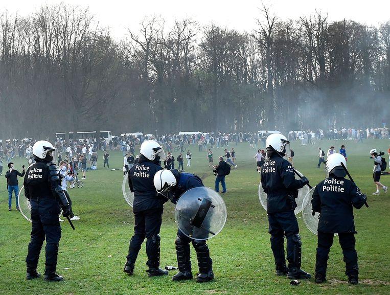 Politie in het Ter Kamerenbos bij het nepfestival La Boum afgelopen week. Beeld Photo News