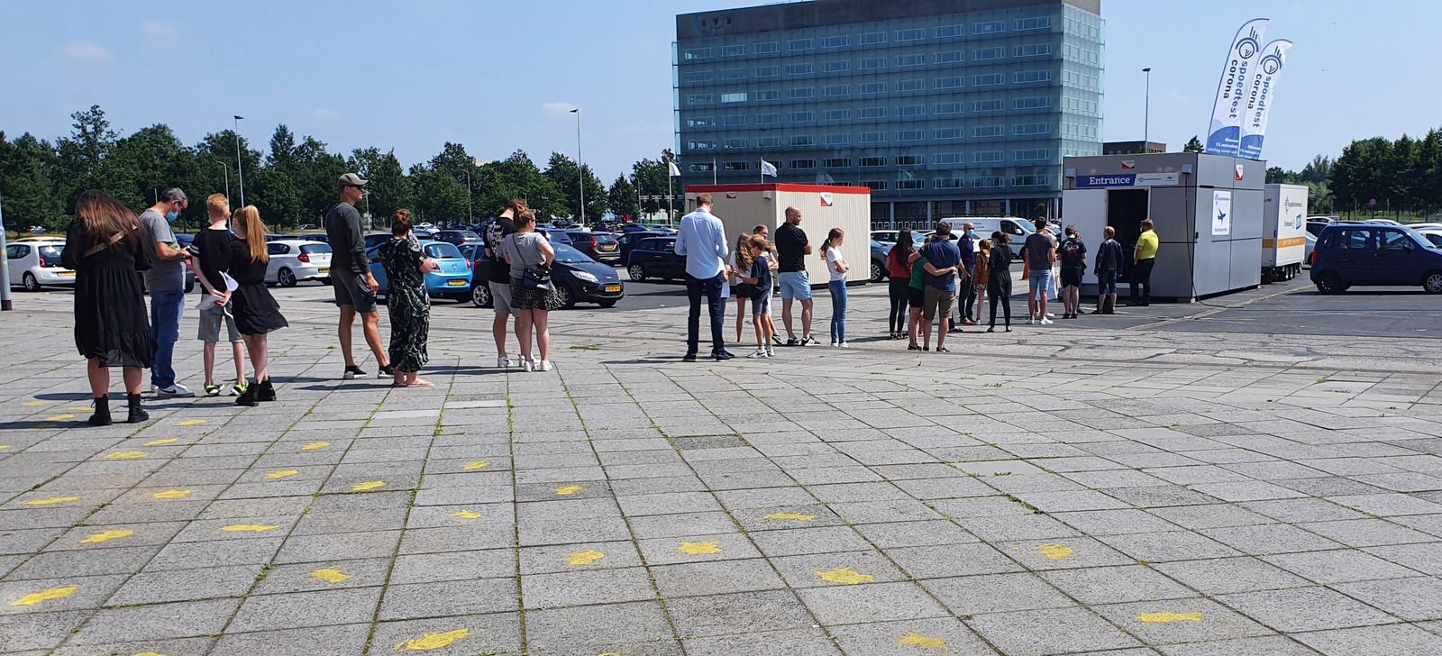 In de rij voor een reistest bij de testlocatie van Spoedtest Corona bij het NAC-stadion in Breda