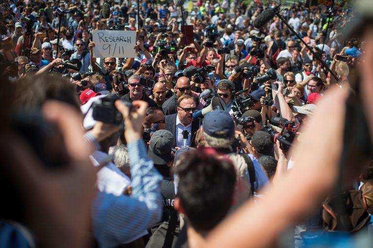 Alex Jones (met megafoon) mengt zich in protesten in Cleveland tijdens de Republikeinse Conventie van 2016. Even later werd hij weggeleid door de politie, om oproer te voorkomen. Met de komst van Trump was Jones voor het eerst vóór iemand in de politiek. Beeld CQ-Roll Call,Inc.
