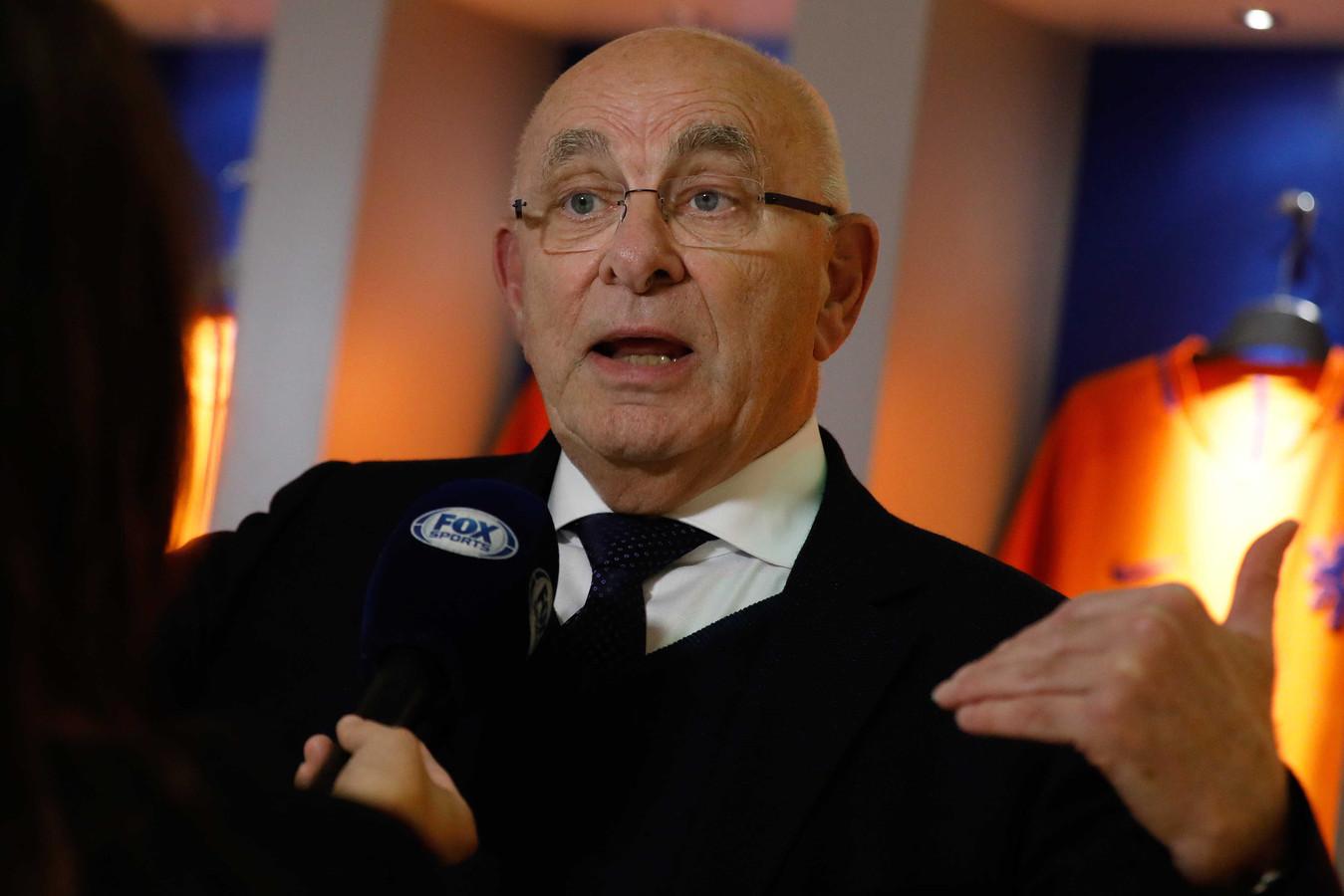 Michael van Praag staat de pers te woord na afloop van de buitengewone bondsvergadering van de KNVB.