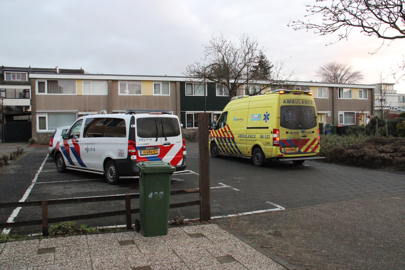 Politie en ambulance bij de woning aan de Aristotelesstraat in Apeldoorn.