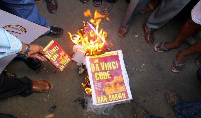 Een boze menigte verbrandt exemplaren van De Da Vinci Code na het boycot van het Vaticaan