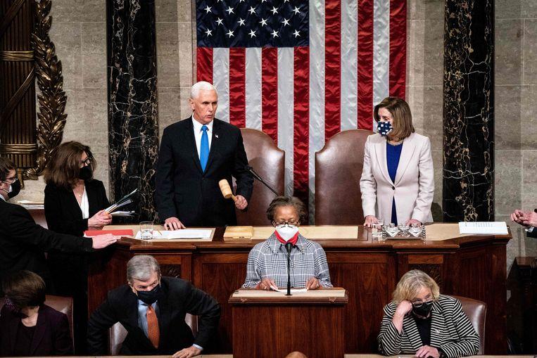 Vicepresident Pence bekrachtigde de verkiezingswinst van Biden in het Congres. Naast hem Nancy Pelosi, voorzitter van het Huis van Afgevaardigden.  Beeld AFP