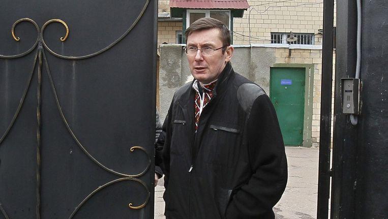 Voormalig minister van Bonnenlandse Zaken Joeri Loetsjenko verlaat de gevangenis. Beeld reuters