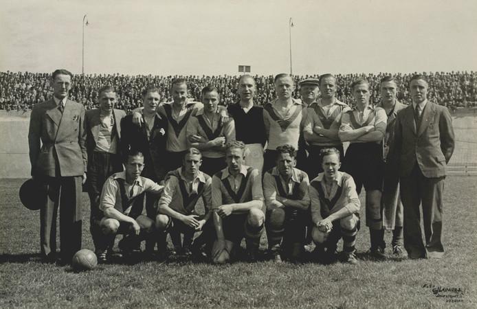 Het elftal van DOS in stadion Galgenwaard in het seizoen 1943/1944 dat promoveerde en terugkeerde in de eerste klasse.