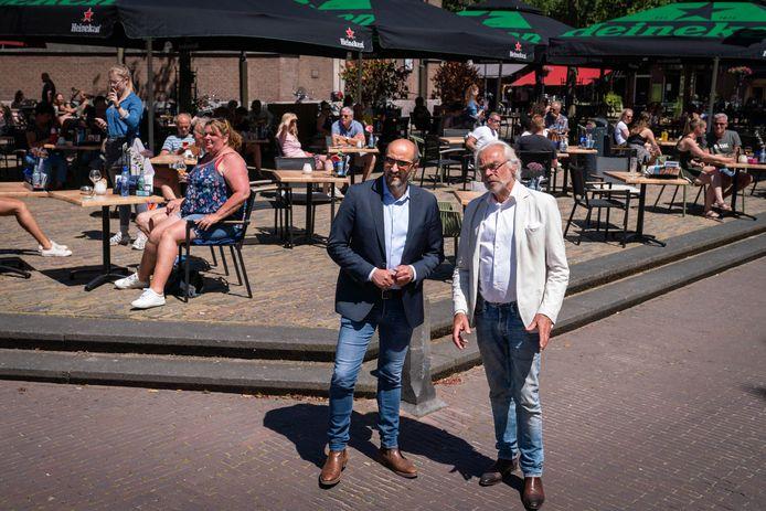 Burgemeester Ahmed Marcouch (l) en KHN Arnhem-voorzitter Jan van Hooijdonk. De gemeente Arnhem bereidt samen met Koninklijke Horeca Nederland een hulplijn voor noodlijdende ondernemers voor.