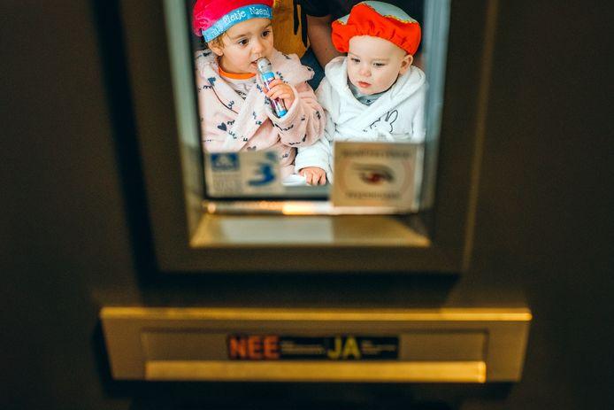 Milo (1) en Naomi (3) zetten samen met hun moeder Paulien Burggraaf, hun schoentje bij de voordeur, waar ze eventueel ook een brief van Sint kunnen verwachten.