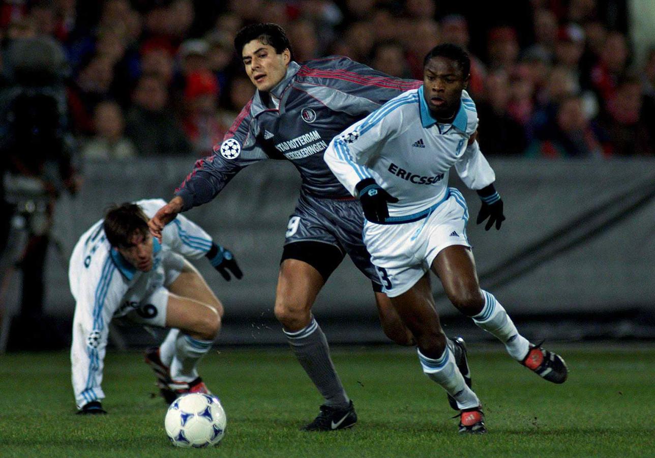 Julio Cruz in 1999 in actie tegen Olympique Marseille.