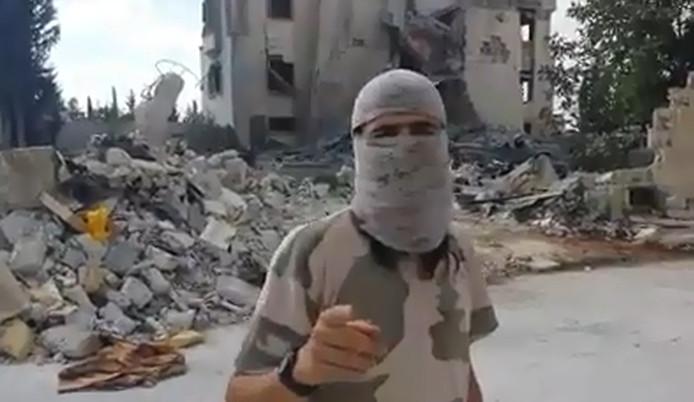 De Nederlands sprekende jihadstrijder die in een video oproept 'een stevige daad' tegen Nederland te verrichten