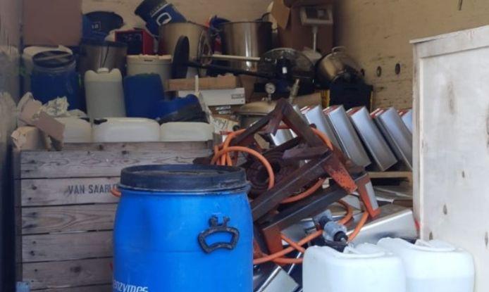 De inventaris voor een compleet drugslab in de vrachtwagen die gisteren van de A12 bij Arnhem werd gehaald.