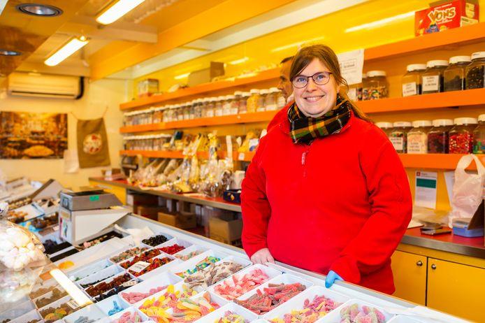 """Renilde Michielsens in haar snoepkraam, op de maandagmarkt van Brasschaat. """"Toen ik de facturen van de stad binnenkreeg, sloeg ik wit uit."""""""