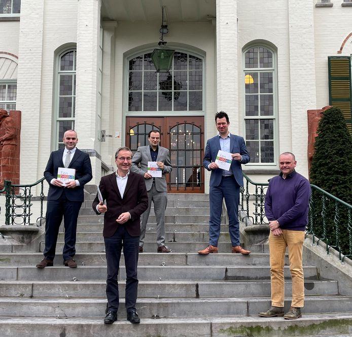 Fons Potters (D66), Mark du Maine (VVD), Toine van de Ven (PvdA/GL) en Rutger Jans (CDA) presenteerden dinsdagmiddag het coalitieakkoord 'Een nieuwe start'. Rechts formateur Wilbert Seuren.
