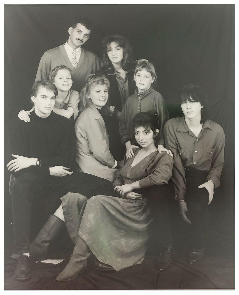 De kinderen van Betty Burggraaff-Moscoviter. Vanaf links: Zadok, Aize, Allard (met snor), schoondochter Mieke, Mirjam, Rifka (staand) Stella (zittend) en Ruben. Beeld