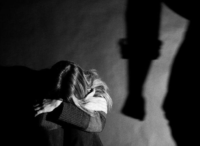Niks mis met de relatie van twee Helmonders, totdat de man naar de gevangenis moest na een inbraak. Sindsdien hield hij zijn handen niet thuis, zegt de vrouw.