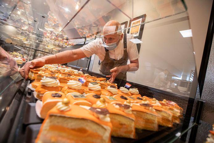 Bij bakkerij vreugdenhil zijn al druk in de weer met oranje gebak