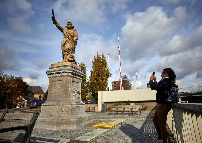 Het beeld van Piet Hein in de Rotterdamse wijk Delfshaven. Wethouder Wijbenga noemt zijn verleden 'kleurrijk', omdat hij ook zelf slaaf is geweest en zich uitsprak tegen slavernij.