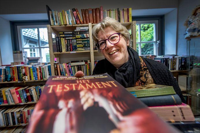 Gerda van Ommeren is vrijwilliger bij de Kringloopwinkel Ommeren. Ze maakt er onder meer de roosters en helpt mee in de winkel.