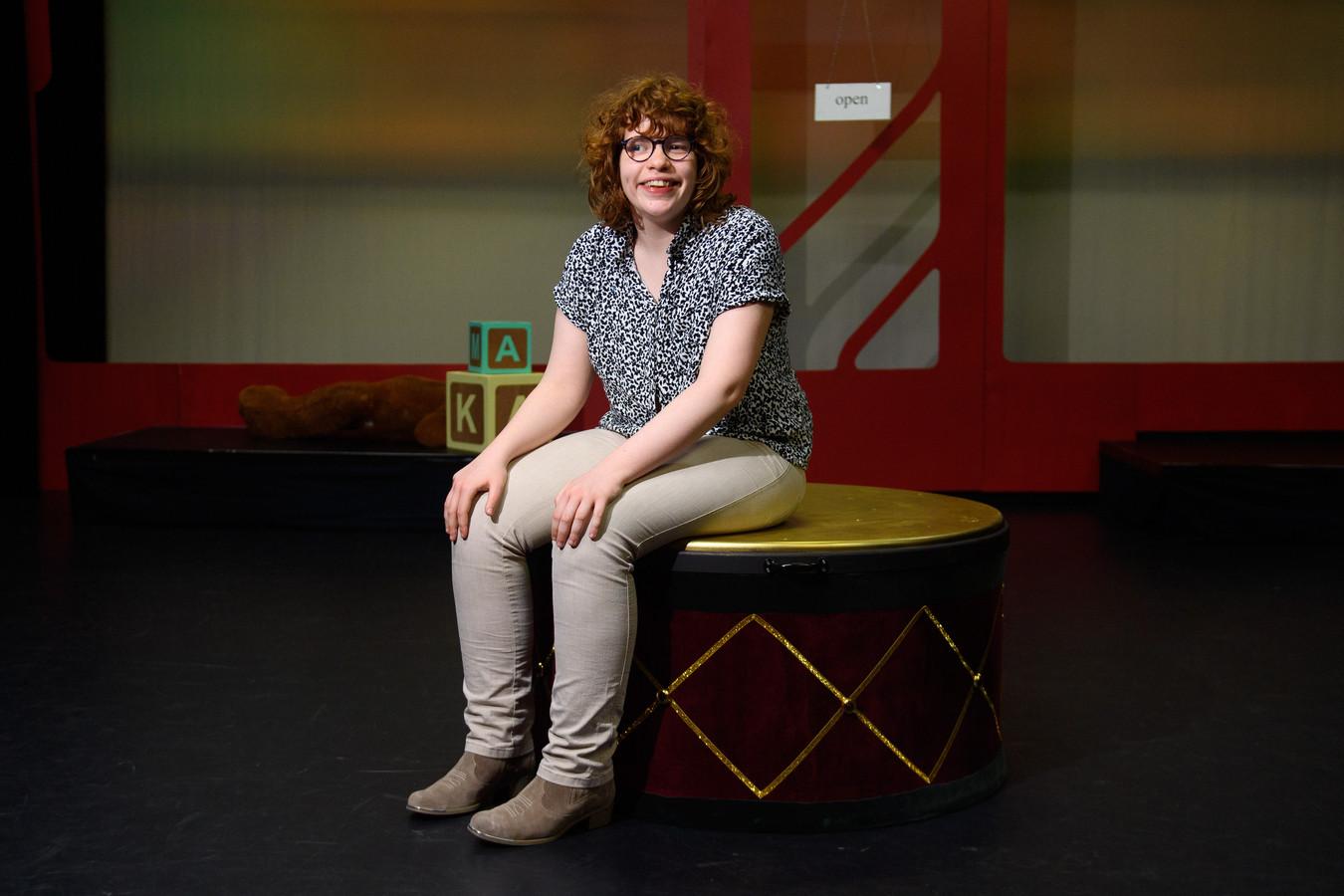 """Britt Jacobs voelt zich helemaal thuis bij Theatergroep Kamak. ,,De belangrijkste les die ik hier heb geleerd? Dat je met acteren alle kanten op kunt."""""""
