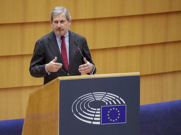 De Eurocommissaris voor Algemene Zaken en Begroting Johannes Hahn spreekt het Europees Parlement in Brussel toe. (14/12/2020)