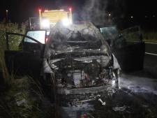 Auto in vlammen op naast snelweg bij Son en Breugel, inzittenden niet gewond