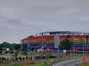 De Ghelamco lichtte al rond 18h op in regenboogkleuren.
