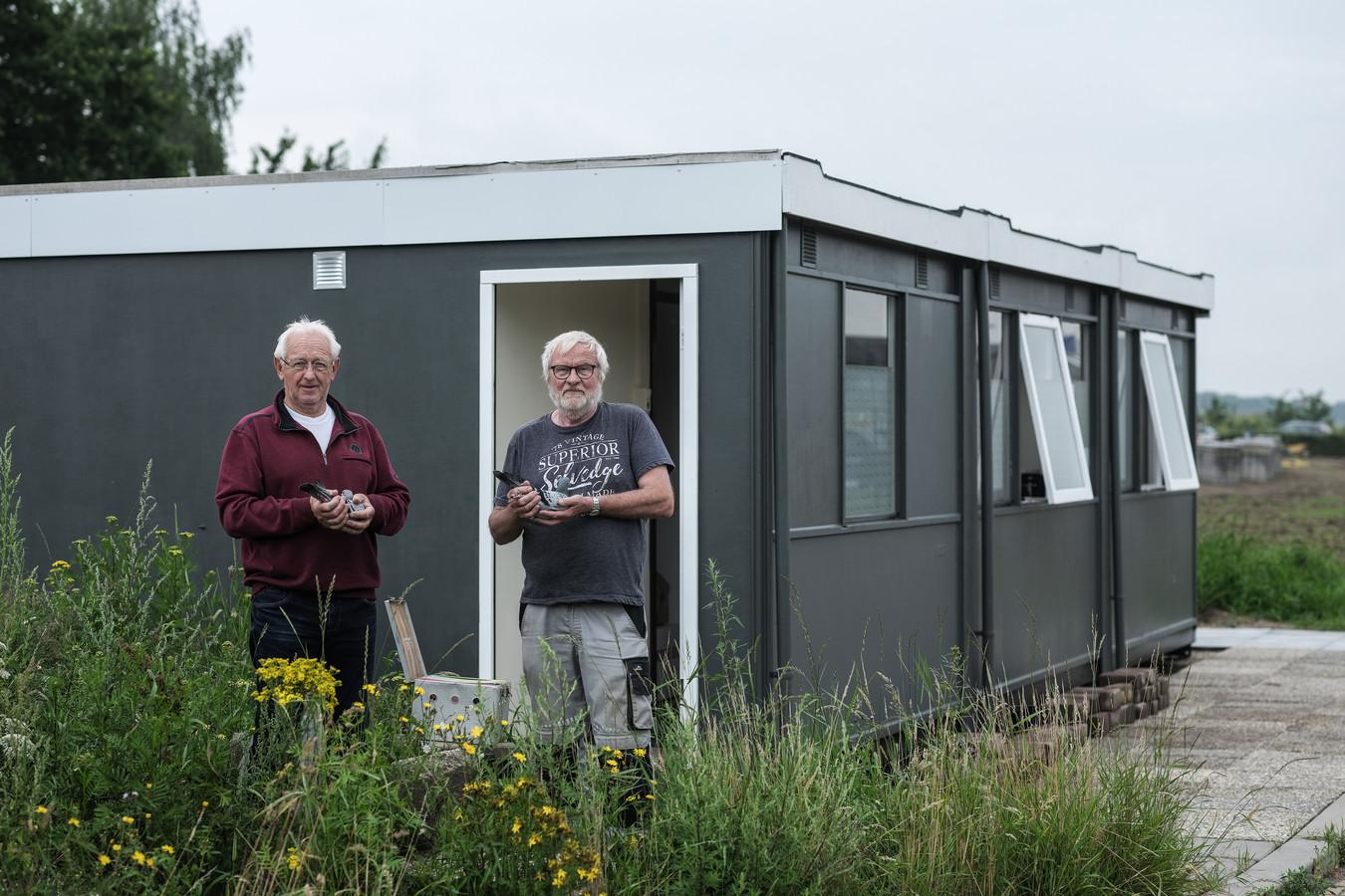 De Luchtbode heeft een nieuwe stek, pal naast de stadswerf in Doesburg. Duivenliefhebbers Jan de Vries (l) en Marinus ten Dolle poseren voor hun nieuwe onderkomen.