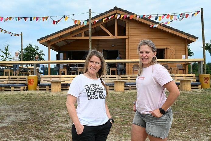 De zussen Yvonne (links) en Peggy van Hout voor hun strandpaviljoen aan de Kuilen, tussen Mill en Langenboom.
