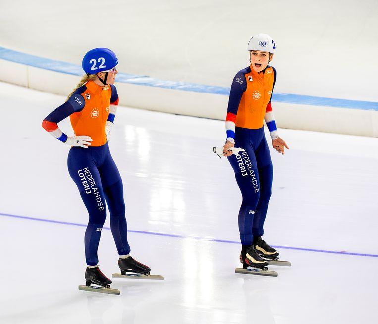 Marijke Groenewoud (links) en Irene Schouten bespreken nog even wat er zojuist allemaal misging op de massastart. Toch kunnen de Nederlandse schaatsters blij zijn: ze wonnen goud en brons. Beeld Klaas Jan van der Weij / de Volkskrant