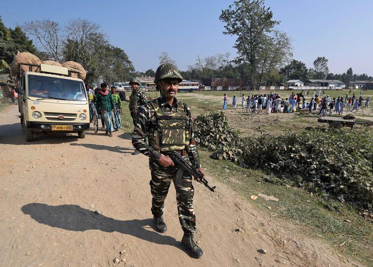 India heeft 60.000 politie- en paramilitaire troepen opgetrommeld in Assam. Beeld REUTERS