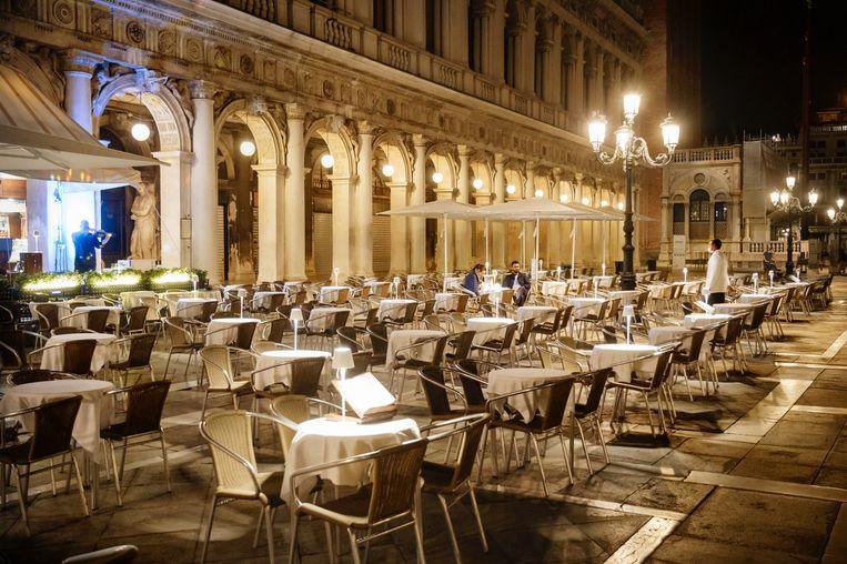 Terrassen in Venetië liggen er verlaten bij.  Beeld Eric de Mildt