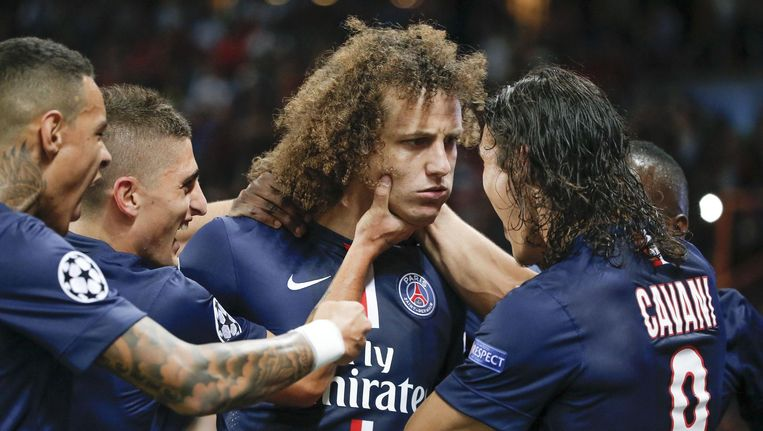 David Luiz heeft net de score geopend, maar dat zou je niet zeggen als je zijn ernstig gezicht bekijkt. Bij Edinson Cavani is de vreugde groter. Beeld PHOTO_NEWS