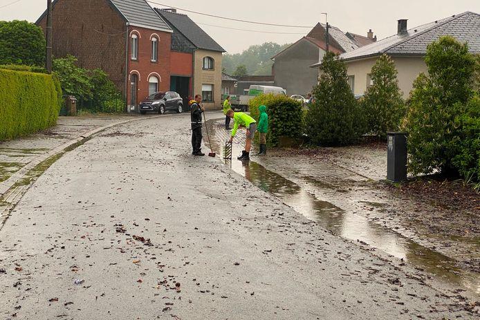 Ook de in Blikstraat in Lede was het opruimen geblazen nadat de hevige regenval en modderstromen.